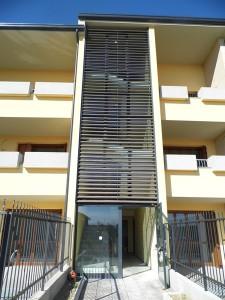 Emmeproject - Facciate alluminio con frangisole in cotto - porta antipanico con controbocchetta elettrica