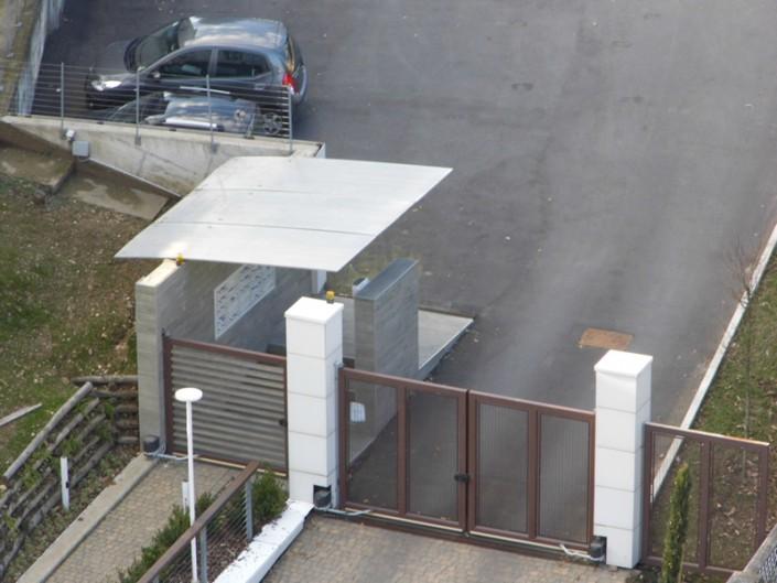 Emmeproject - Pensilina alluminio e Cancello ferro e legno teak - cancello due ante rete stirata