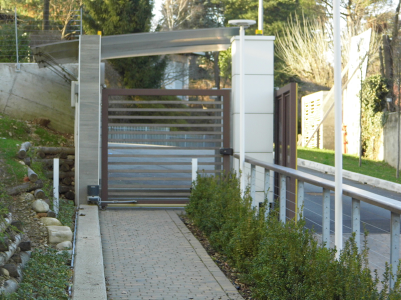 Emmeproject - Pensilina in piastra di alluminio posata a sbalzo - cancello ferro e legno teak - Parapetti acciaio zincato cavetti inox e corrimano in legno