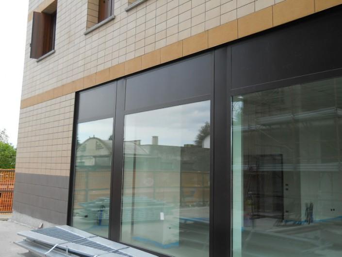 Emmeproject - Vetrine negosi in alluminio con velette portainsegne