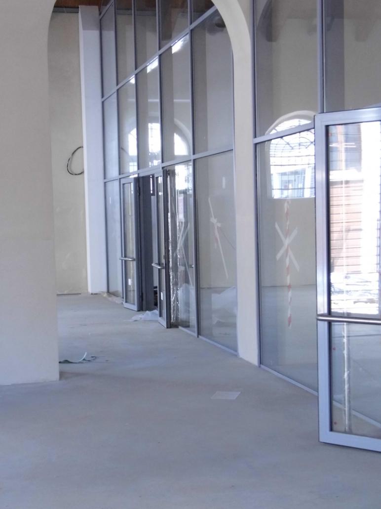 Particolare vetrata con porte