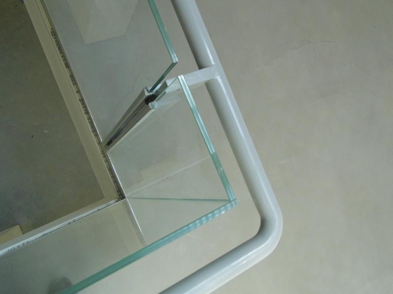 Particolare spigolo vetri incollati UV