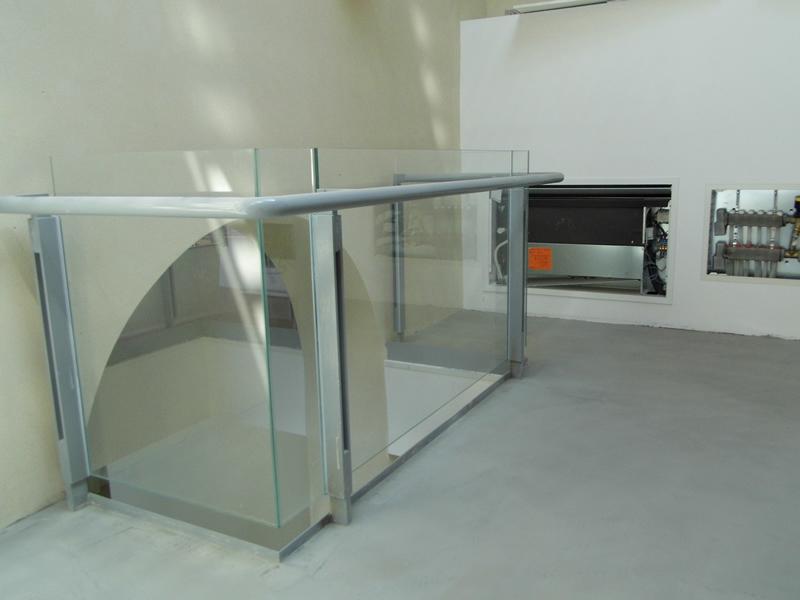 Parapetto su vuoto con vetri incollati UV